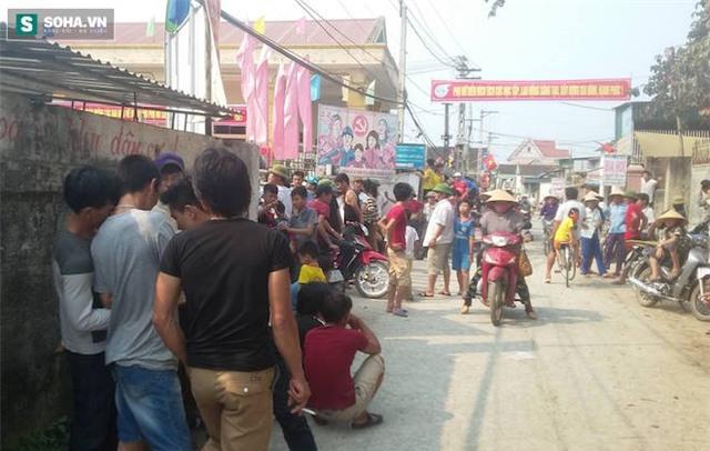Sơn cùng anh Quảng đi đến đâu, đám đông lại ùa đến để theo dõi sự việc.