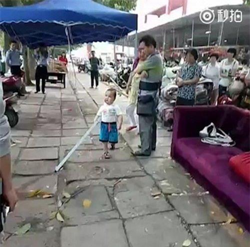 Đứa bé đang ra sức bảo vệ quầy hàng của gia đình mình