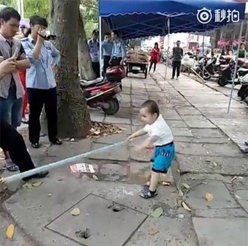 Cậu bé cầm cả cây gậy và la hét lớn để dọa nạt người khác