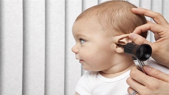 Nằm điều hòa không đúng cách khiến trẻ có nguy cơ bị điếc