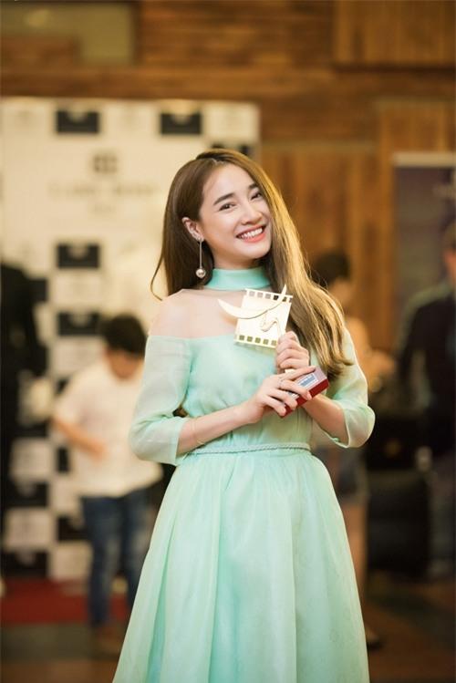 Cô nhận giải 'Nữ diễn viên chính xuất sắc' ở thể loại phim truyền hình với vai Linh.
