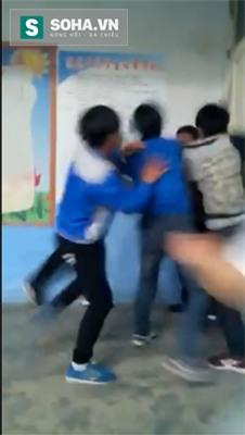 Rúng động cảnh học sinh quây đánh thầy giáo tả tơi trong lớp học - Ảnh 2.