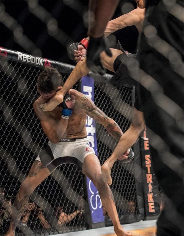 Một trong những pha hạ knock-out đẹp mắt nhất lịch sử võ đài UFC - Ảnh 4.