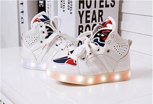Những đôi giày với ánh sáng lấp lánh, âm thanh vui nhộn rất thu hút trẻ (Ảnh minh họa).