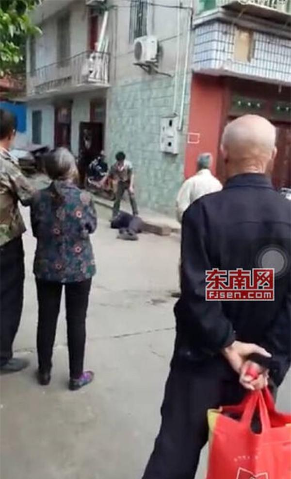 Video gây phẫn nộ: Con trai đánh bố như bổ củi giữa đường phố, người đi đường bàng quan đứng nhìn - Ảnh 3.