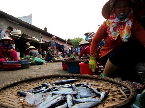 Chiều 27.4, chỉ còn 1 tiểu thương bán cá biển ở chợ Đông Hà, tuy nhiên rất hiếm người mua.