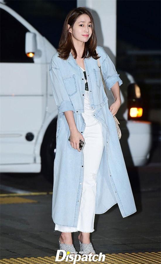 Lee Min Jung xuất hiện tại sân bay Incheon để đáp chuyến bay đến Hawaii. Cô diện áo khoác denim dáng dài và bộ đồ trắng bên trong. Dù đã qua sinh nở nhưng cô vẫn xinh tươi, mặc đẹp chẳng hề kém thời còn son.