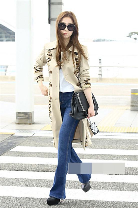Shin Se Kyung khoe đôi chân thon thả với quần ống loe kết hợp áo choàng dáng dài và giày cao gót. Những cô nàng sở hữu chiều cao lý tưởng, có thể hoàn toàn học hỏi theo set đồ này.