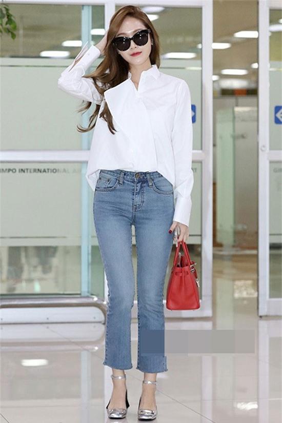 Quần jeans ống loe và áo sơ mi trắng hiện đại là combo giúp Jessica vừa trẻ trung lại cuốn hút khi ra đường.