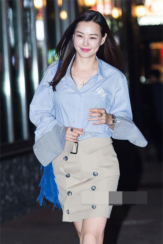 Ở nơi công sở, bạn có thể làm mới mình bằng chiếc áo sơ mi ống tay rộng như Hoa hậu Hàn - Honey Lee. Áo sơ mi và chân váy mini cài khuy là sự kết đôi hoàn hảo và tuyệt xinh cho dân đi làm.
