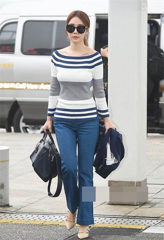 Dù mặc những món đồ đơn giản với quần jeans ống loe và áo kẻ sọc trễ vai, Yoo In Na cũng khoe tối đa thân hình đồng hồ cát đáng ngưỡng mộ. Chiếc áo kẻ sọc ngang của cô là vị cứu tinh cho những nàng gầy.