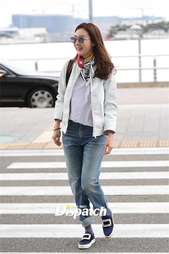 Choi Ji Woo thu hút ống kính với tổng thể ăn mặc sành điệu, thời thượng. Ở tuổi 41, nữ diễn viên Bản tình ca mùa đông khiến nhiều đàn em trong nghề phải ghen tị về nhan sắc lẫn gu thời trang.