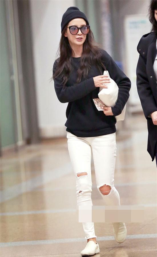 Hai gam màu huyền thoại trắng - đen được Song Ji Hyo tận dụng trong lần mặc ra phố tuần qua.