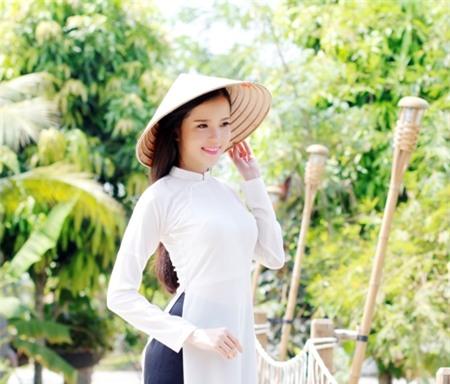 Hoa khôi Huỳnh Thúy Vi dịu dàng hóa thành người đẹp Tây Đô.