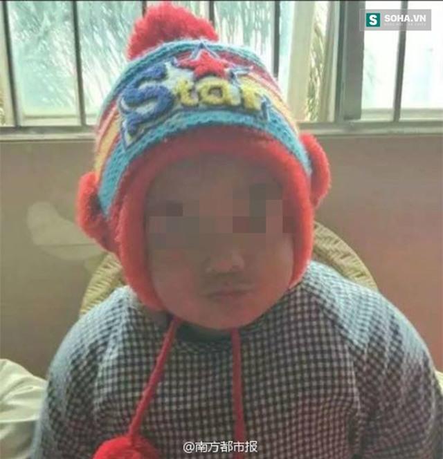 Cậu bé Jiajia 3 tuổi được chẩn đoán mắc chứng tự kỷ nhẹ.