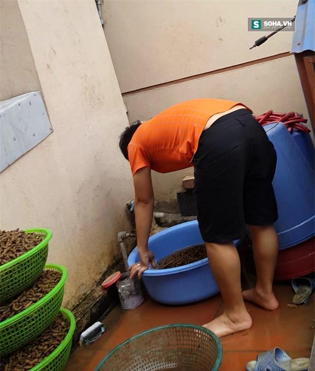 Người nhà của thần y Luấn đang rửa thuốc (Ảnh cắt từ Clip)