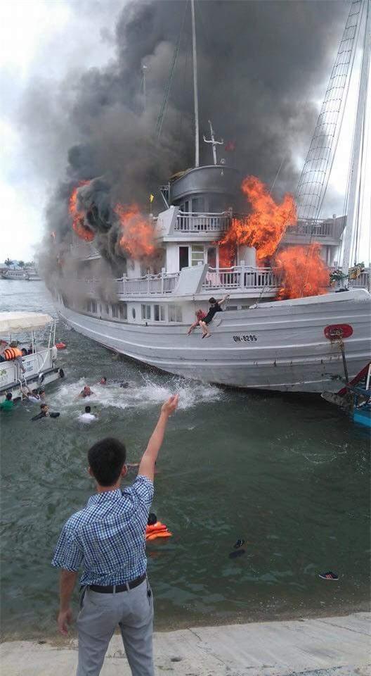Tàu du lịch cháy dữ dội ở cảng Tuần Châu - Ảnh 2.