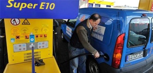(Một cây xăng bán xăng E10 tại Đức)
