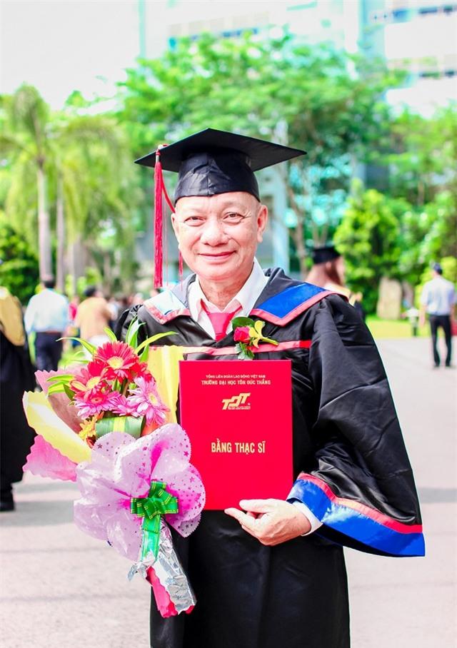 Ông Mai Anh Dũng nhận bằng thạc sĩ ở tuổi 68