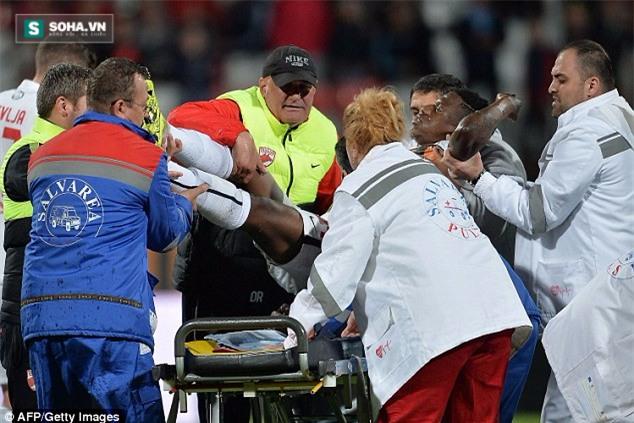 Patrick Ekeng nhanh chóng được cho ra sân và đưa đi cấp cứu.