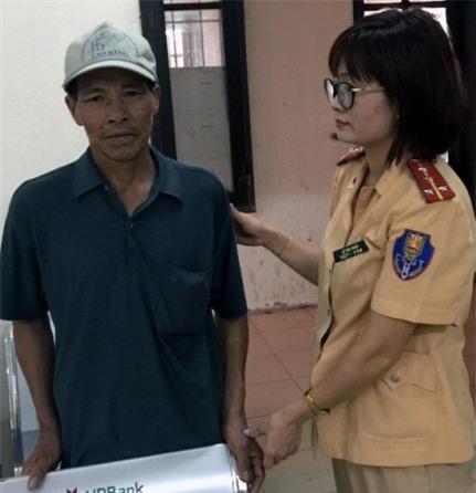 Ông Thành được Đại úy Lê Thị Thảo và các cán bộ chiến sỹ Đội CSGT - CAH Thanh Trì tận tình chăm sóc trong thời gian tìm người thân và chờ gia đình đến đón.