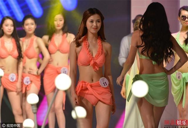 Cuoc thi sac dep bat thi sinh thay bikini tren san khau hinh anh 1
