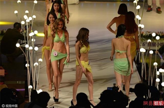 Cuoc thi sac dep bat thi sinh thay bikini tren san khau hinh anh 11
