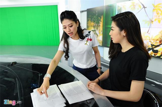 14h, Ngọc Trinh bắt đầu công việc của buổi chiều. Cô hướng dẫn Tú Anh tập dẫn chương trình. Á hậu Việt Nam là một trong những học trò của người đẹp 8X.