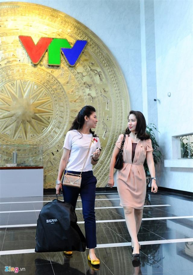 Là người đam mê thời trang và cầu toàn, chỉn chu trong hình ảnh mỗi lần lên sóng, Ngọc Trinh luôn lựa chọn và chuẩn bị trang phục. Người đẹp trò chuyện với BTV Ngọc Vân - một trong những người dẫn thời tiết đầu tiên trong thời kỳ đổi mới format của VTV - trên đường vào trường quay.