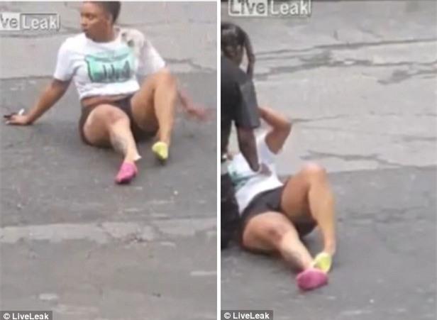 Sau cú chẹt ngang, cô gái không đứng lên nổi vì bàn chân bị quặt sang bên và cẳng chân bị gãy.