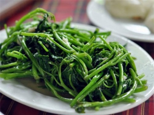 Rau bí xào ngon sẽ có cọng rau rất giòn, lá mềm thấm gia vị và rau xanh.