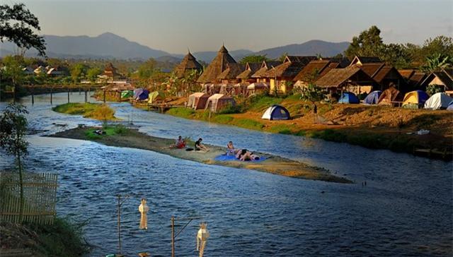 Pai: Từng là một ngôi làng yên tĩnh ở phía bắc Thái Lan, Pai giờ đây trở thành một thị trấn xinh xắn nằm giữa Chiang Mai và Mae Hong Son. Lọt thỏm giữa núi đồi, thung lũng Pai dịu dàng ấp e bên dòng sông Pai đẹp như một bức tranh. Để đến Pai, du khách phải bay đến Chiang Mai rồi từ đó bay tiếp đến Mae Hong Son và đi xe buýt đến Pai.