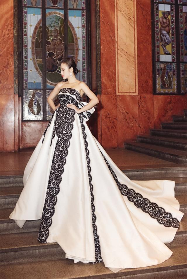 Angela Phương Trinh diện váy lộng lẫy xuất hiện tại Czech - Ảnh 1.