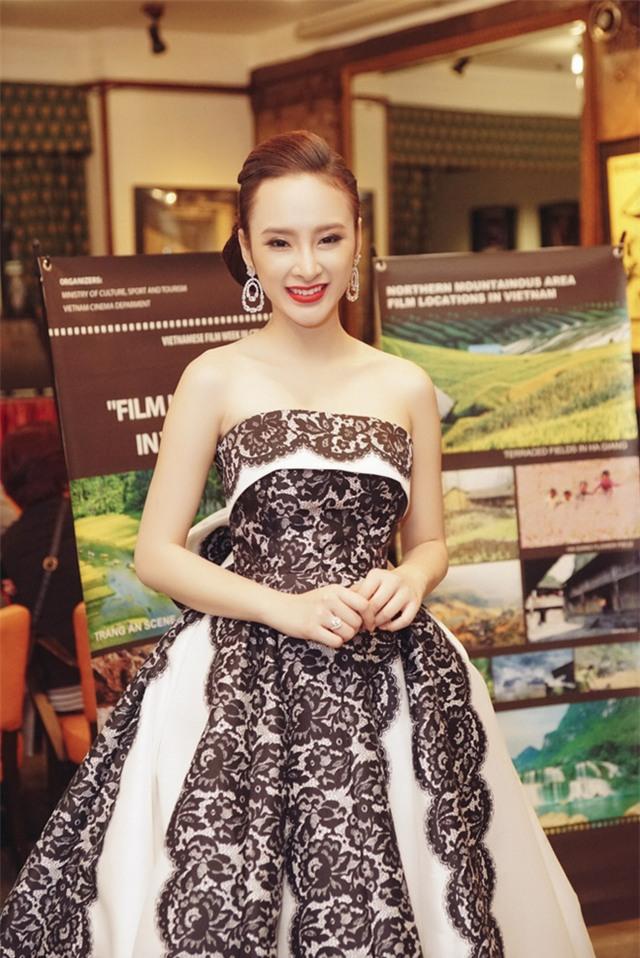 Angela Phương Trinh diện váy lộng lẫy xuất hiện tại Czech - Ảnh 4.