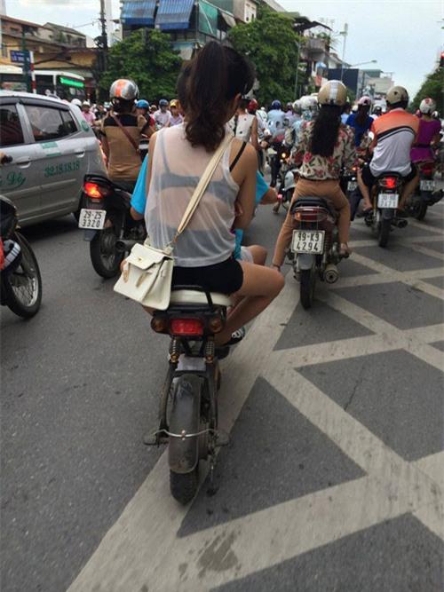 thiếu nữ ăn mặc hở hang trên đường phố Hà Nội