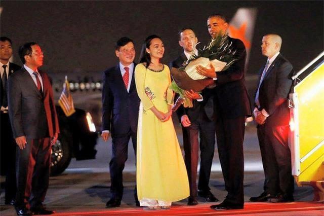 Tiết lộ danh tính của cô gái Việt xinh đẹp tặng hoa ông Obama - Ảnh 2.