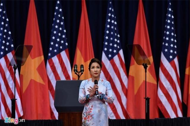Ca sĩ Mỹ Linh hát Quốc ca đầy xúc động đón ông Obama - Ảnh 1.