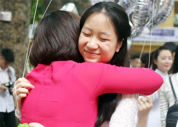 Trao cho cô chủ nhiệm của mình chiếc ôm thật chặt thay lời nói tạm biệt.