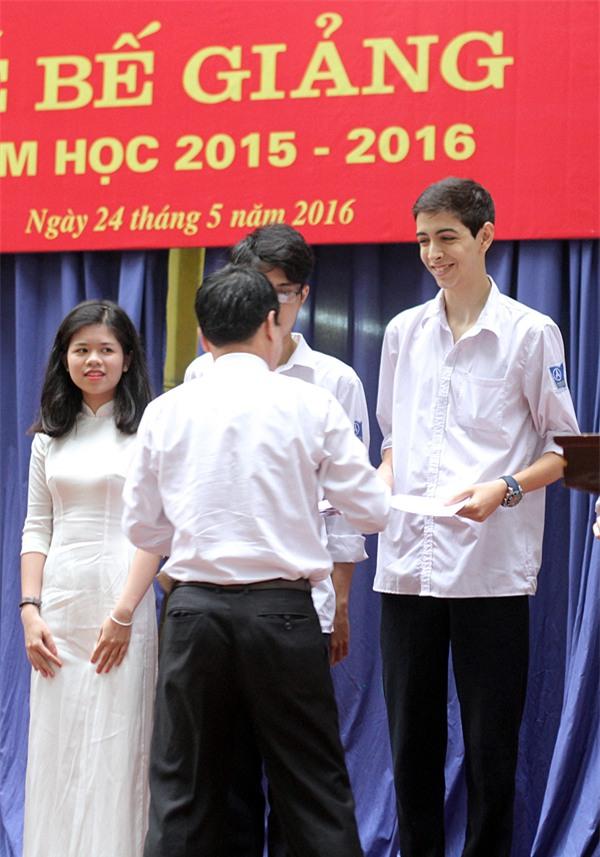 Rufino - em trai hot girl Andrea Aybar nhận giải thưởng cho thành tích học tập xuất sắc của mình: đứng đầu khối lớp 11.