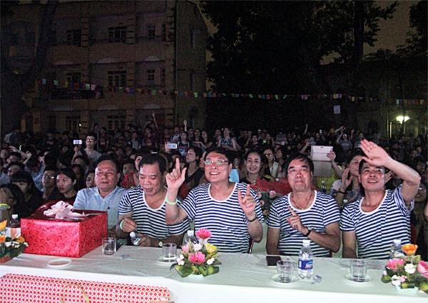 Thầy Bình và các phụ huynh nhà trường mặc áo đồng phục trẻ trung, hòa mình vào những câu hát của học sinh trên sân khấu