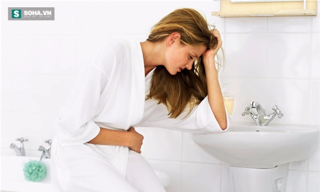 Mắc bệnh trĩ, táo bón chỉ vì dùng điện thoại trong khi đi vệ sinh - Ảnh 1.