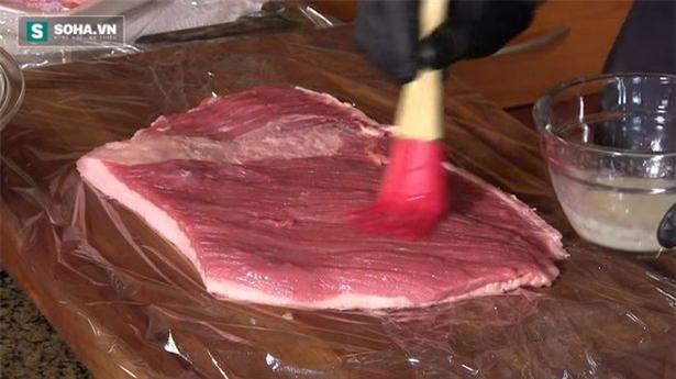 Bóc mẽ chiêu thức làm thịt bít tết từ những miếng thịt vụn - Ảnh 1.