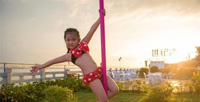 """Hình ảnh bé gái mặc bikini múa cột khiến dư luận """"dậy sóng"""""""