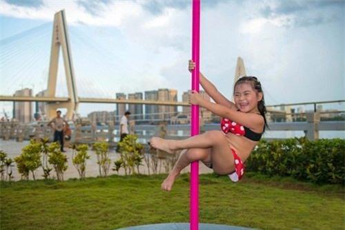 Hình ảnh bé gái mặc bikini múa cột khiến dư luận dậy sóng - Ảnh 1.