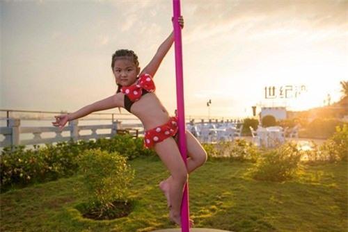 Hình ảnh bé gái mặc bikini múa cột khiến dư luận dậy sóng - Ảnh 4.
