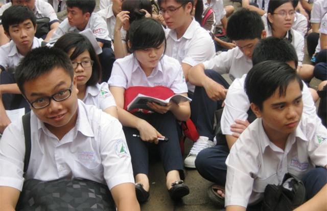 Học sinh phải căng mình học chính khóa, học thêm để chạy theo áp lực từ chương trình