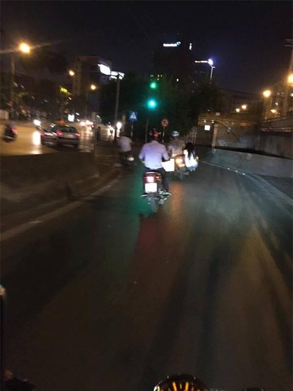 Cảnh tượng hiếm gặp của đôi bạn trẻ trên phố Hà Nội - Ảnh 2.