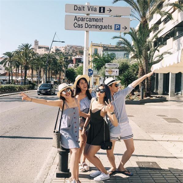 Đi du lịch nhóm phải mặc đồ tông xuyệt tông rồi chụp ảnh như thế này mới bắt kịp xu hướng! - Ảnh 3.
