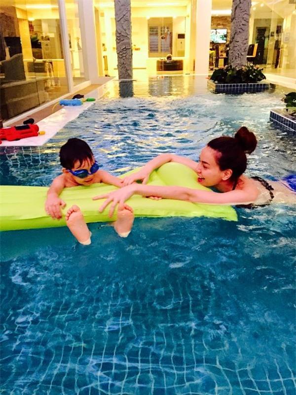 Hồ Ngọc Hà bơi cùng Subeo ở nhà