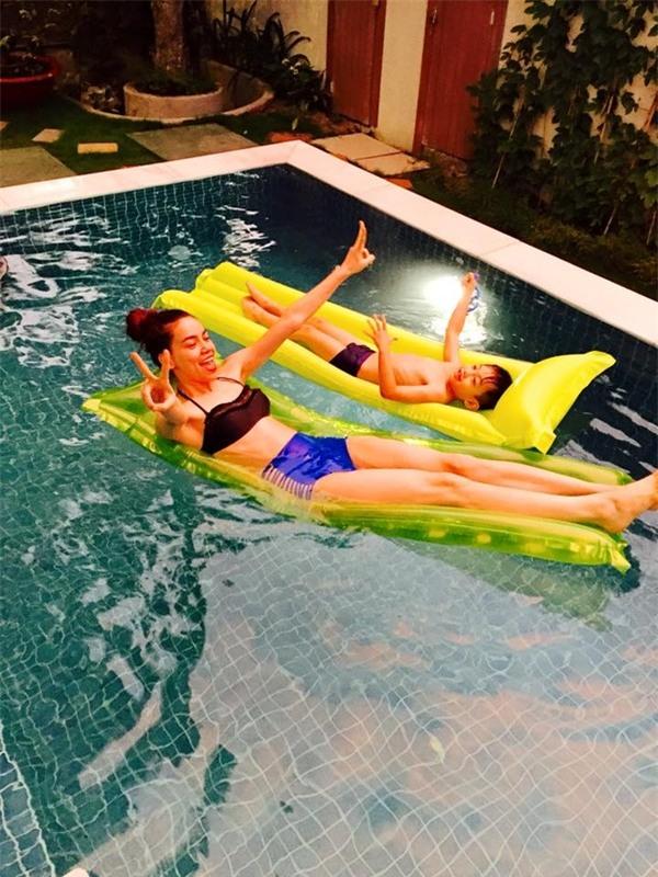 Subeo và Hồ Ngọc Hà vùng vẫy trong bể bơi